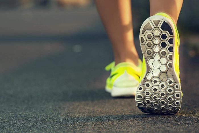 Les chaussures de course d'une femme qui fait son jogging.
