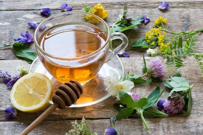 Pour soulager la toux sèche ou les maux de gorge : boisson chaude
