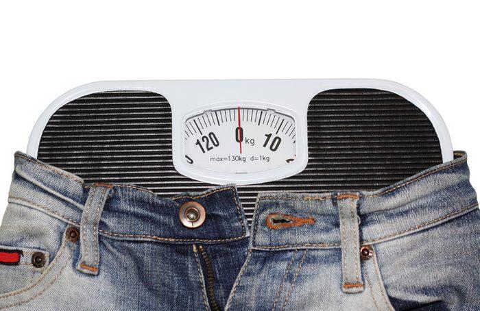 Pèse personne portant un jean.