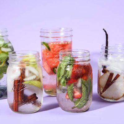 Égayez votre eau avec des fruits.