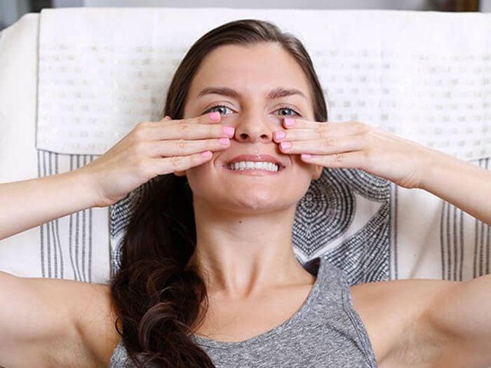 Exercices faciaux: raffermir le contour des yeux et des joues.