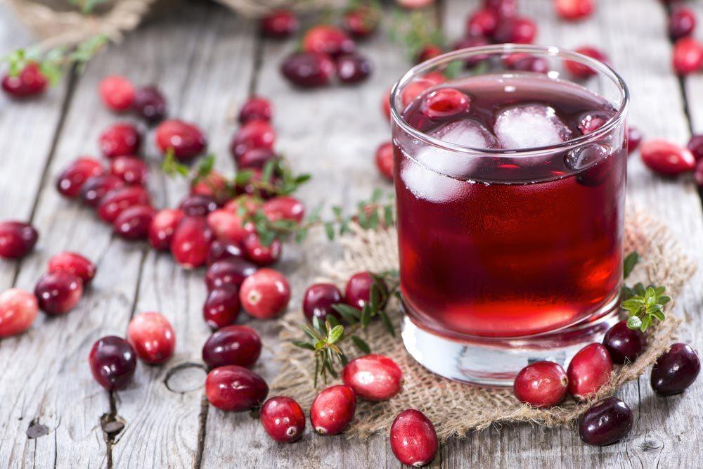 Pour faire baisser son taux de cholestérol, buvez du jus de canneberges.