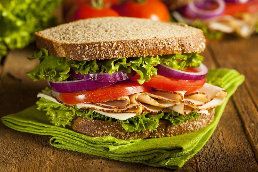 Pour faire baisser son taux de cholestérol, préparez vos sandwichs avec du pain complet.