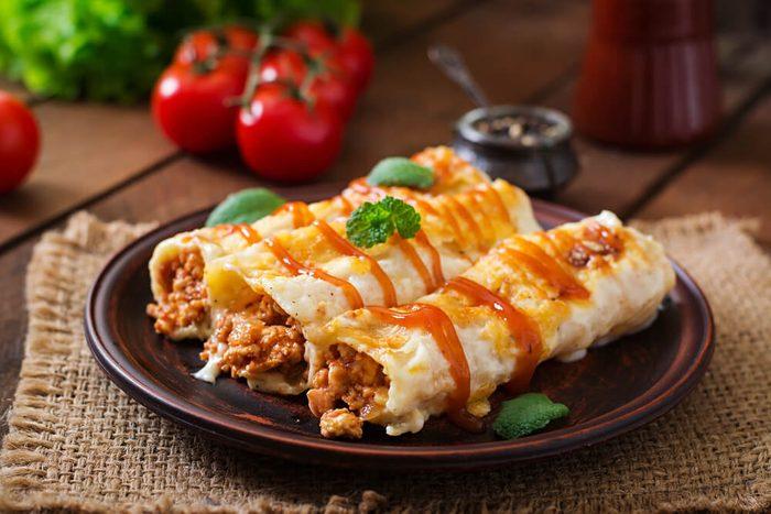 Enchiladas dans une assiette.