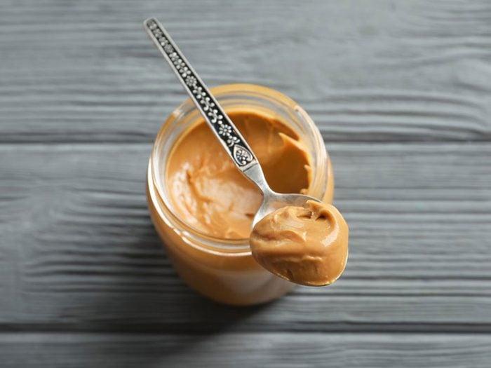 Les bons gras font partie des remèdes naturels contre la constipation.
