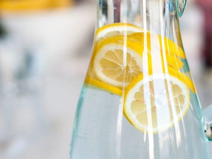 L'eau citronnée fait partie des remèdes naturels contre la constipation.