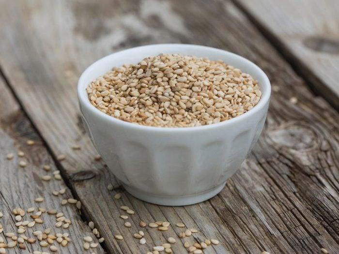 Les graines de sésame font partie des remèdes naturels contre la constipation.