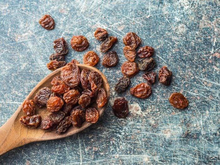 Les raisins secs font partie des remèdes naturels contre la constipation.