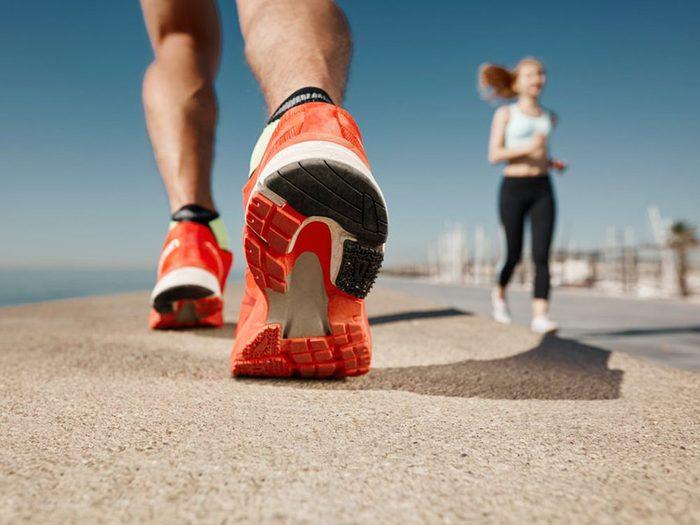 L'exercice physique peut vous aider comme remède naturel contre la constipation.