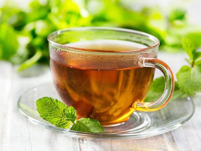Le thé à la menthe ou au gingembre font partie des remèdes naturels contre la constipation.