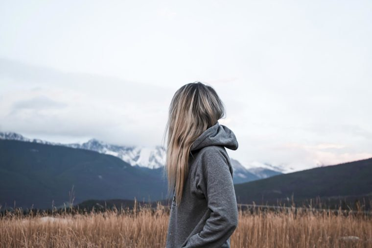 Une femme se promène seule.