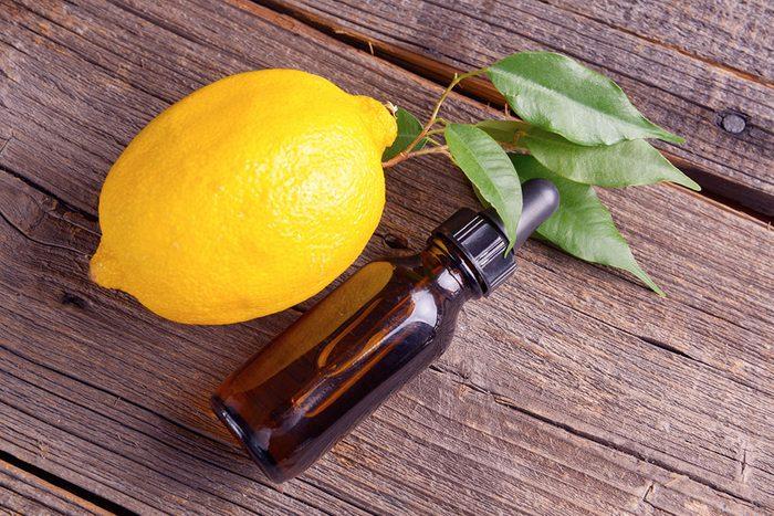 Faites briller les carreaux de la salle de bain avec de l'huile de citron