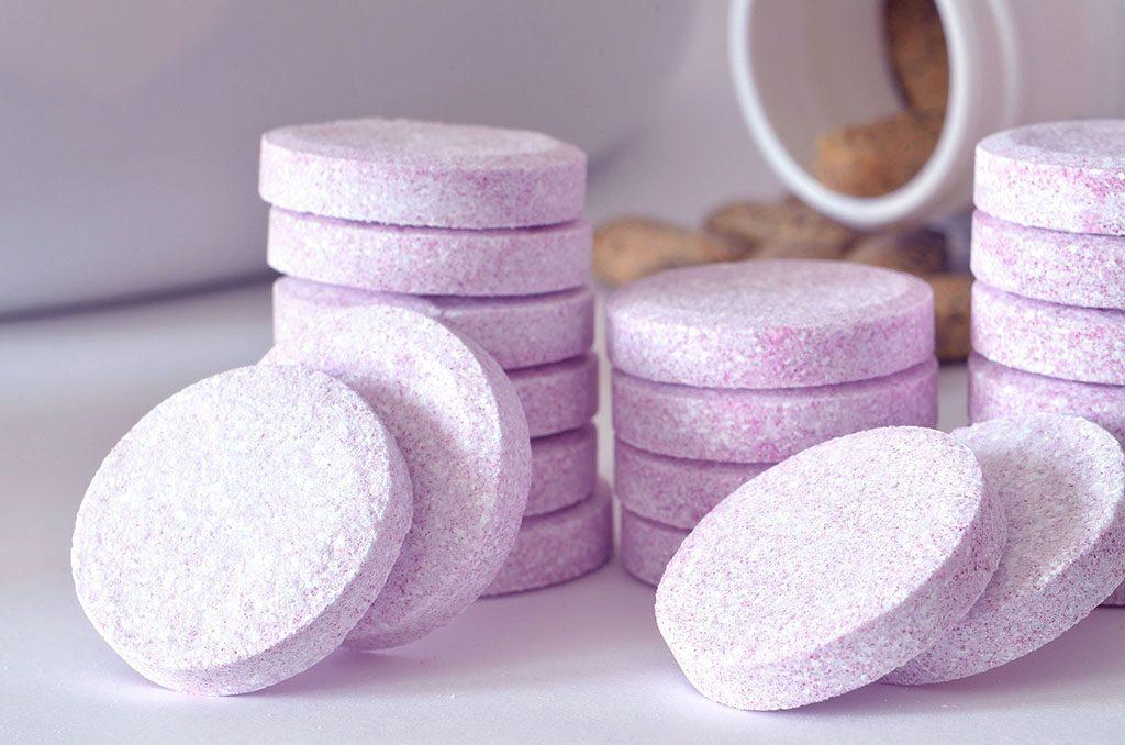 Une pastille dentaire pour éliminer un cerne résistant dans votre toilette