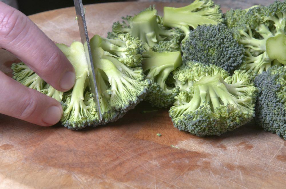 Coupez des fruits et légumes en plus
