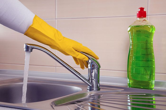 Diluez un savon à vaisselle naturel et non toxique et obtenez un excellent nettoyant tout usage