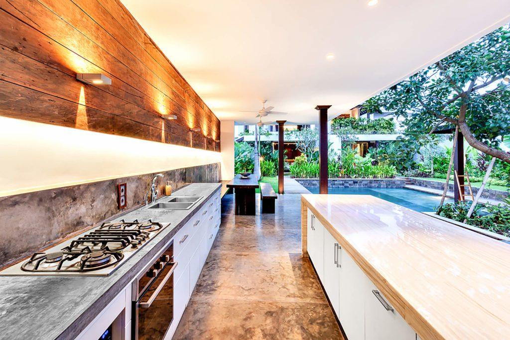Photo d'une cuisine extérieure, sur une terrasse couverte.