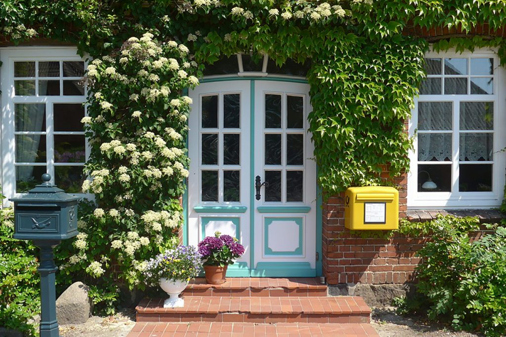 Joli jardin autour de l'entrée d'une maison.