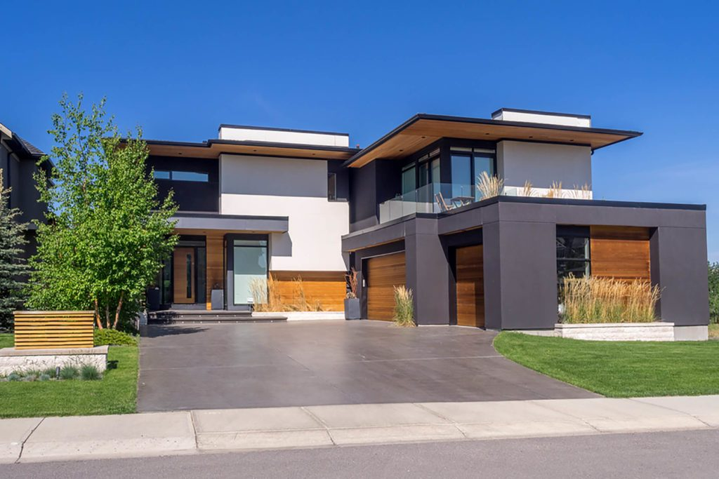 Maison moderne avec garage.