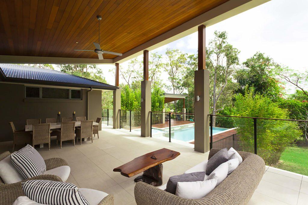 Terrasse couverte avec meubles de jardin.