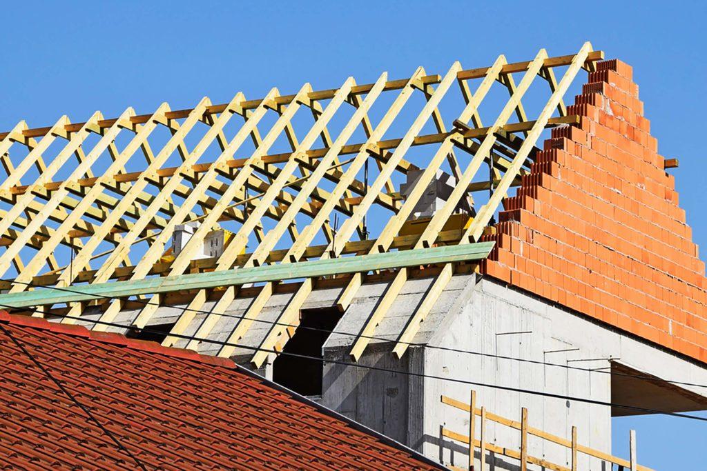 Agrandissement de la maison par le toit.