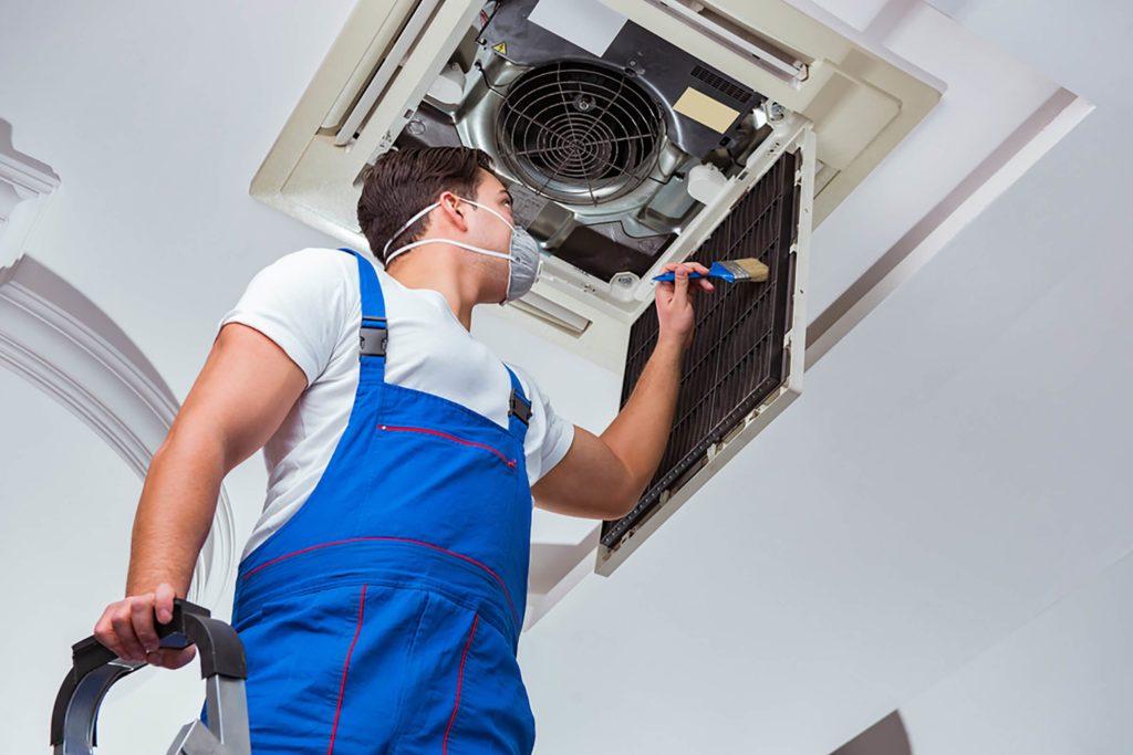 Ouvrier en train de remplacer le système de chauffage.
