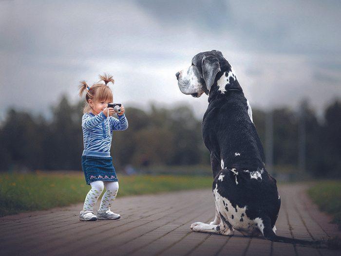 Alexandra et son chien Zarmina, un dogue allemand.