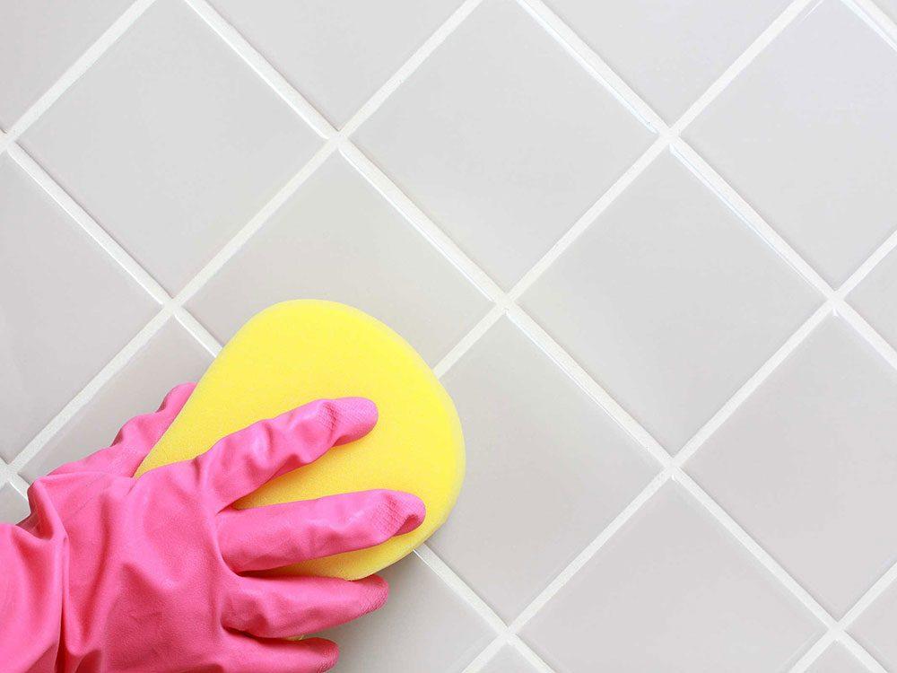 Un nettoyant miracle pour la salle de bain à base de bicarbonate de soude et de vinaigre.