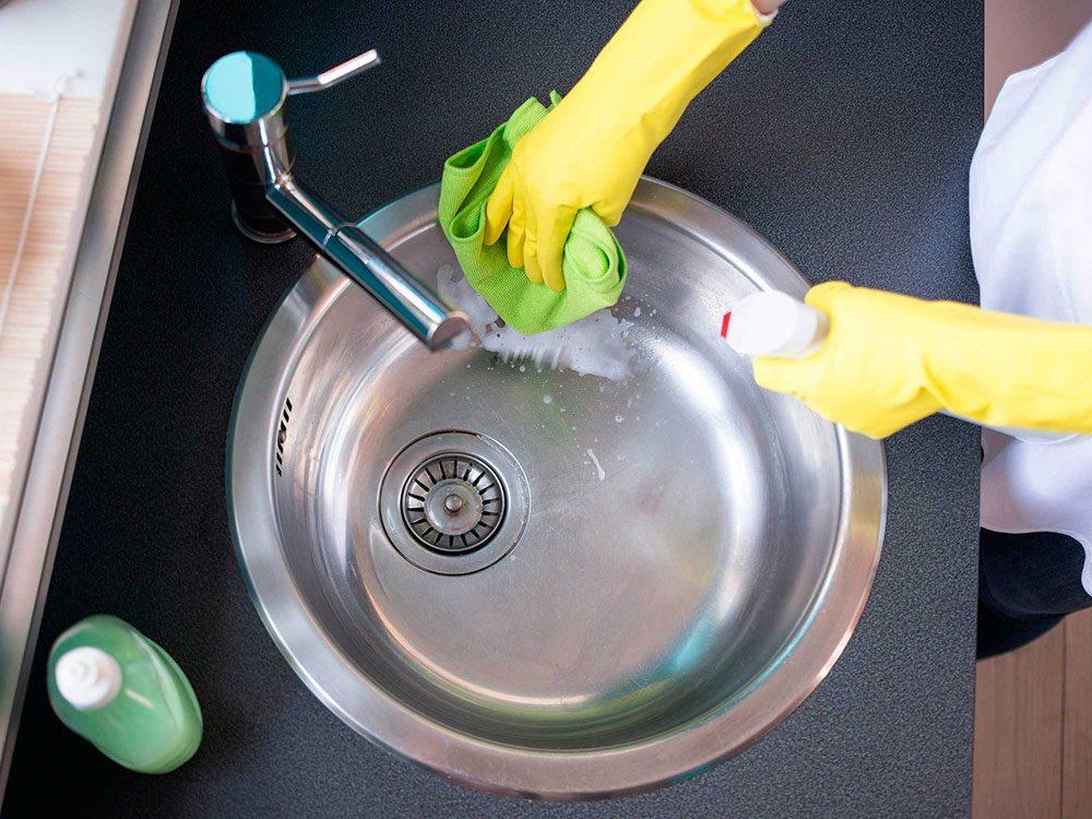 Un nettoyant miracle pour l'évier à base de bicarbonate de soude et de vinaigre.