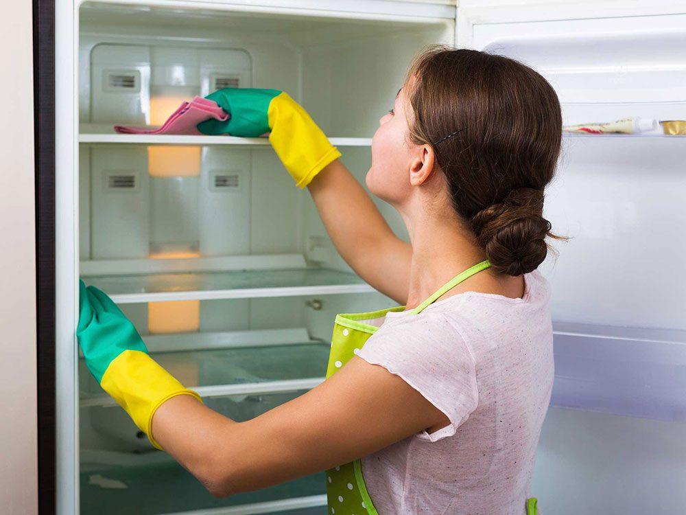 Un nettoyant miracle pour le réfrigérateur à base de bicarbonate de soude et de vinaigre.