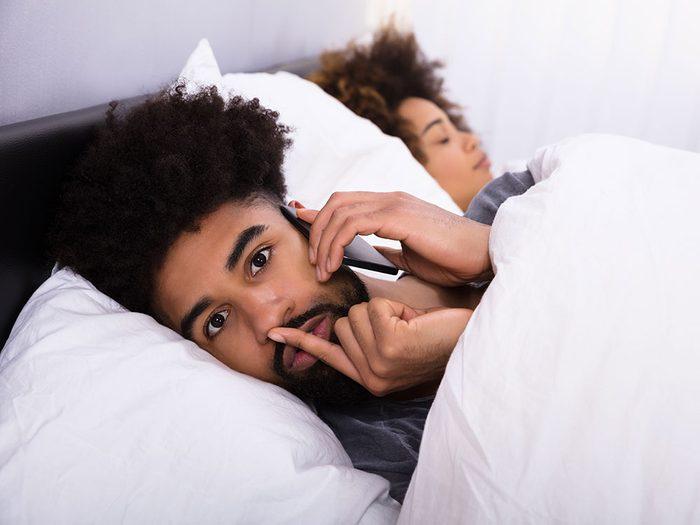 Il y a risque d'infidélité si votre moitié ne ne vous laisse jamais toucher son téléphone.