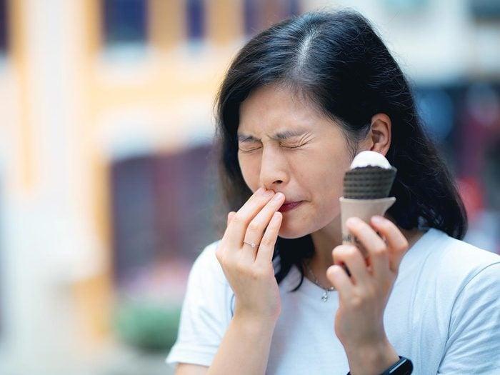 Le mal de dents peut être déclenché par des aliments froids ou chauds.