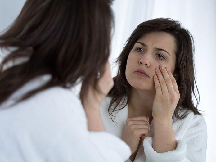 Les cernes et les poches font partie des maladies des yeux que vous devriez connaître.