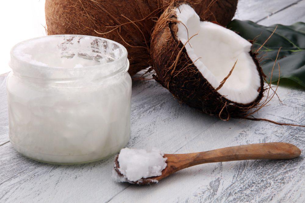 Pot contenant de l'huile de coco comme crème contour des yeux.