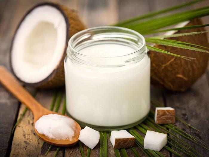 L'utilisation de l'huile de coco en tant que démaquillant.