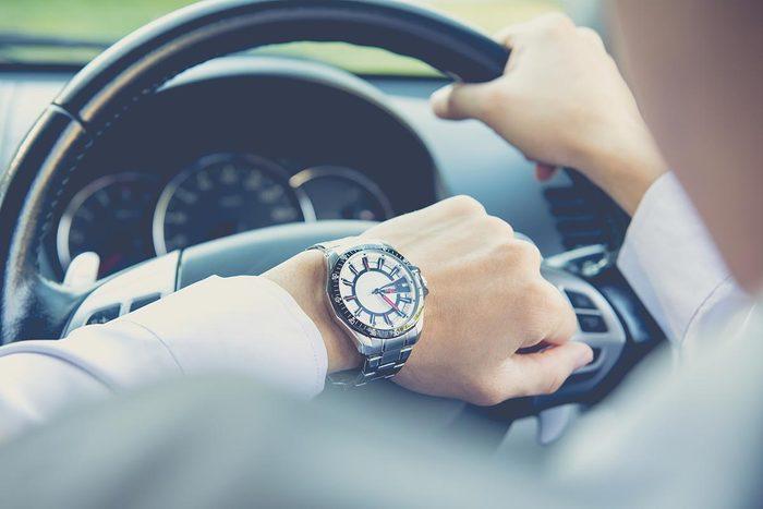 En voiture, partez plus tôt pour éviter de rouler vite.