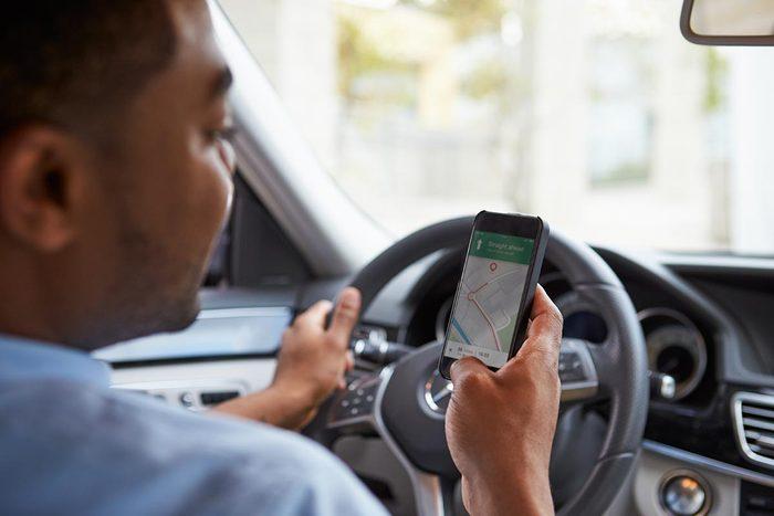 En voiture, gardez votre cellulaire hors de portée.