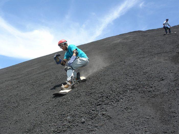Allez faire du surf à flanc de volcan au Nicaragua si vous aimez les voyages dangereux.