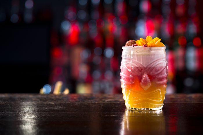 Une boisson par personne dans un bar à Hawaï