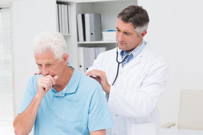 Une toux chronique peut être un symptôme de cancer.