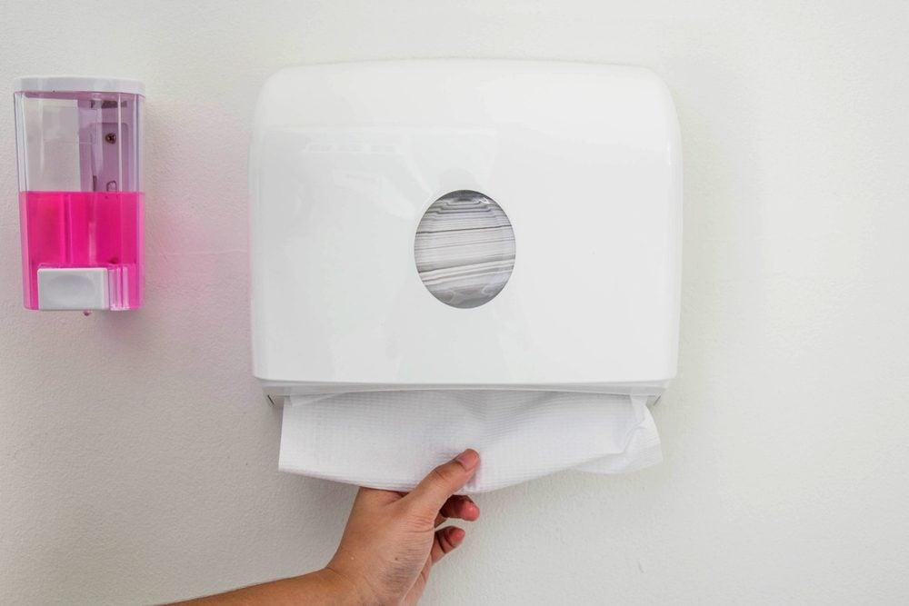 Privilégier les serviettes en papier dans les toilettes publiques