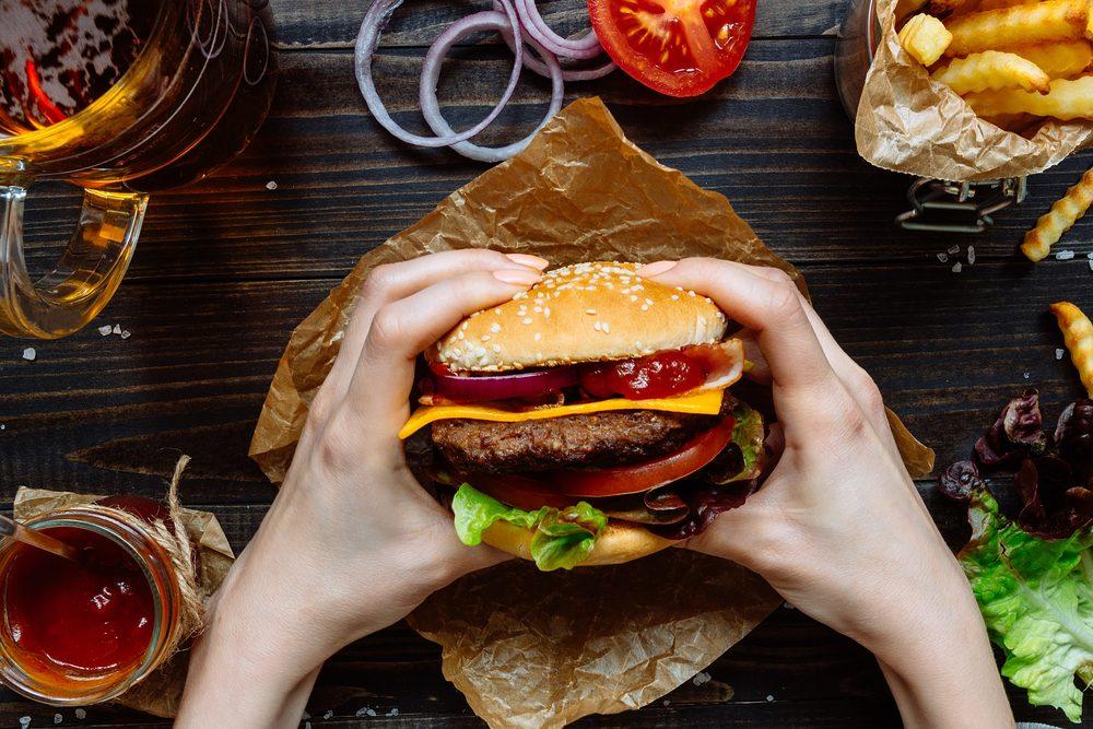Il y a une raison pour laquelle les hamburgers ont meilleur goût au restaurant