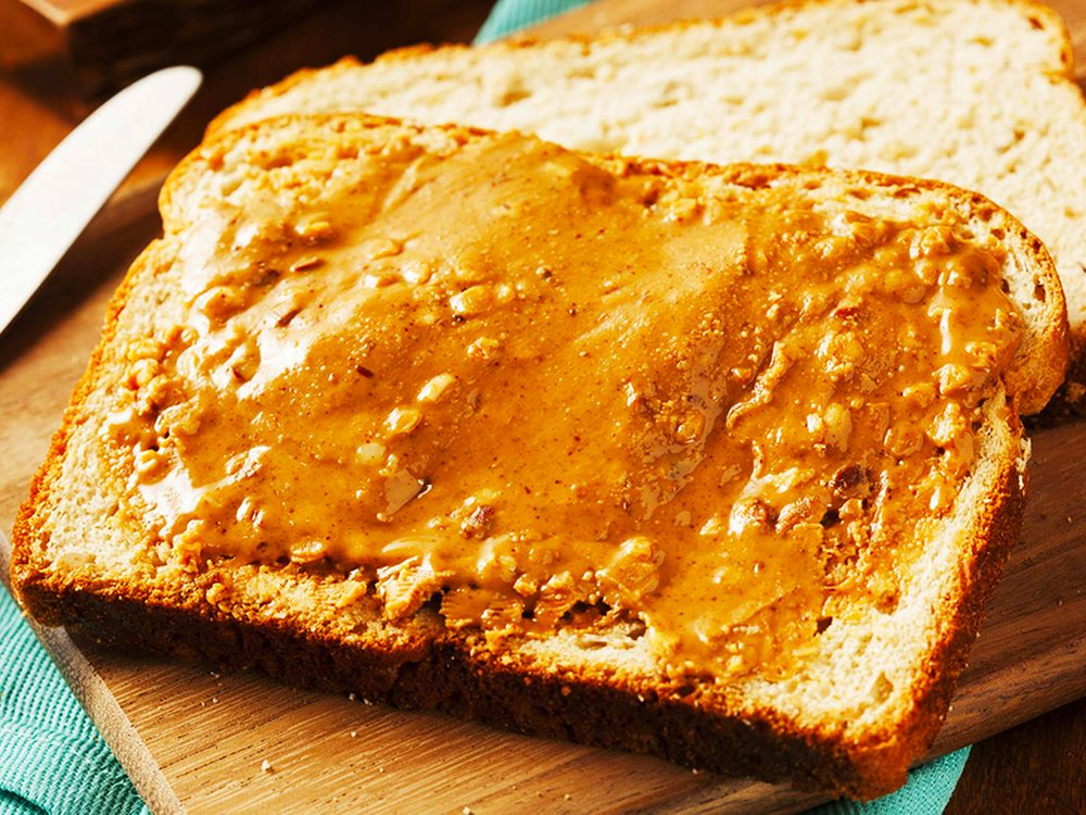 Le beurre d'arachide est l'un des aliments à éviter.