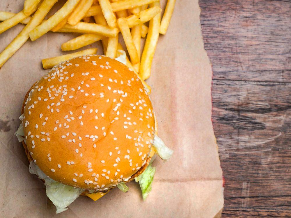 Les hamburgers de restauration rapide sont des aliments à éviter.