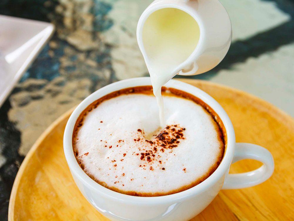 Les crèmesà café aromatisées sont des aliments à éviter.