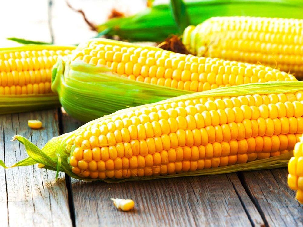 Tous les produits non biologiques du maïs sont des aliments à éviter.