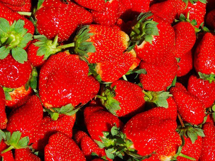 Les fraises non biologiques sont des aliments à éviter.