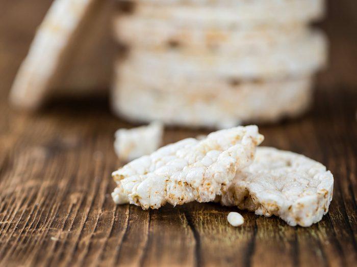 Les galettes de riz sont des aliments à éviter.