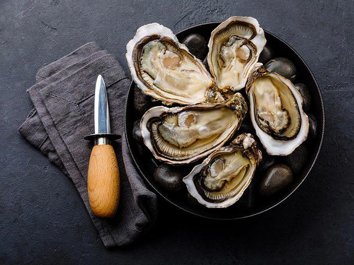 Les huîtres crues sont des aliments à éviter.