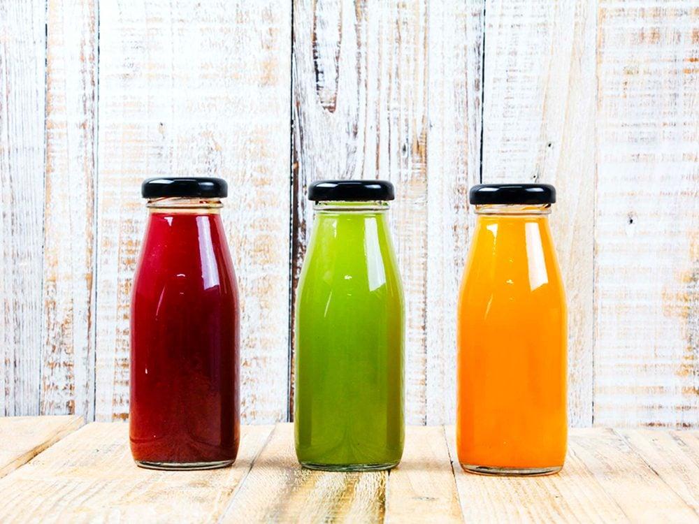 Les jus de fruits sont des aliments à éviter.