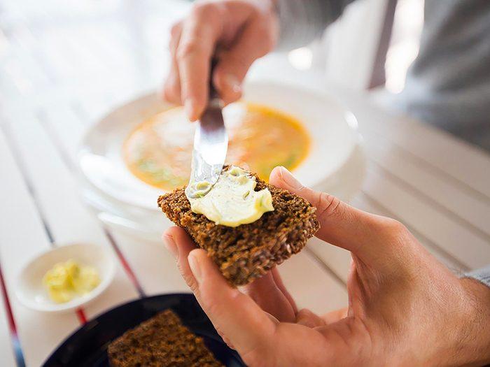 La margarine est l'un des aliments à éviter.
